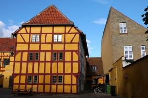 Kerteminde yellow house sun h